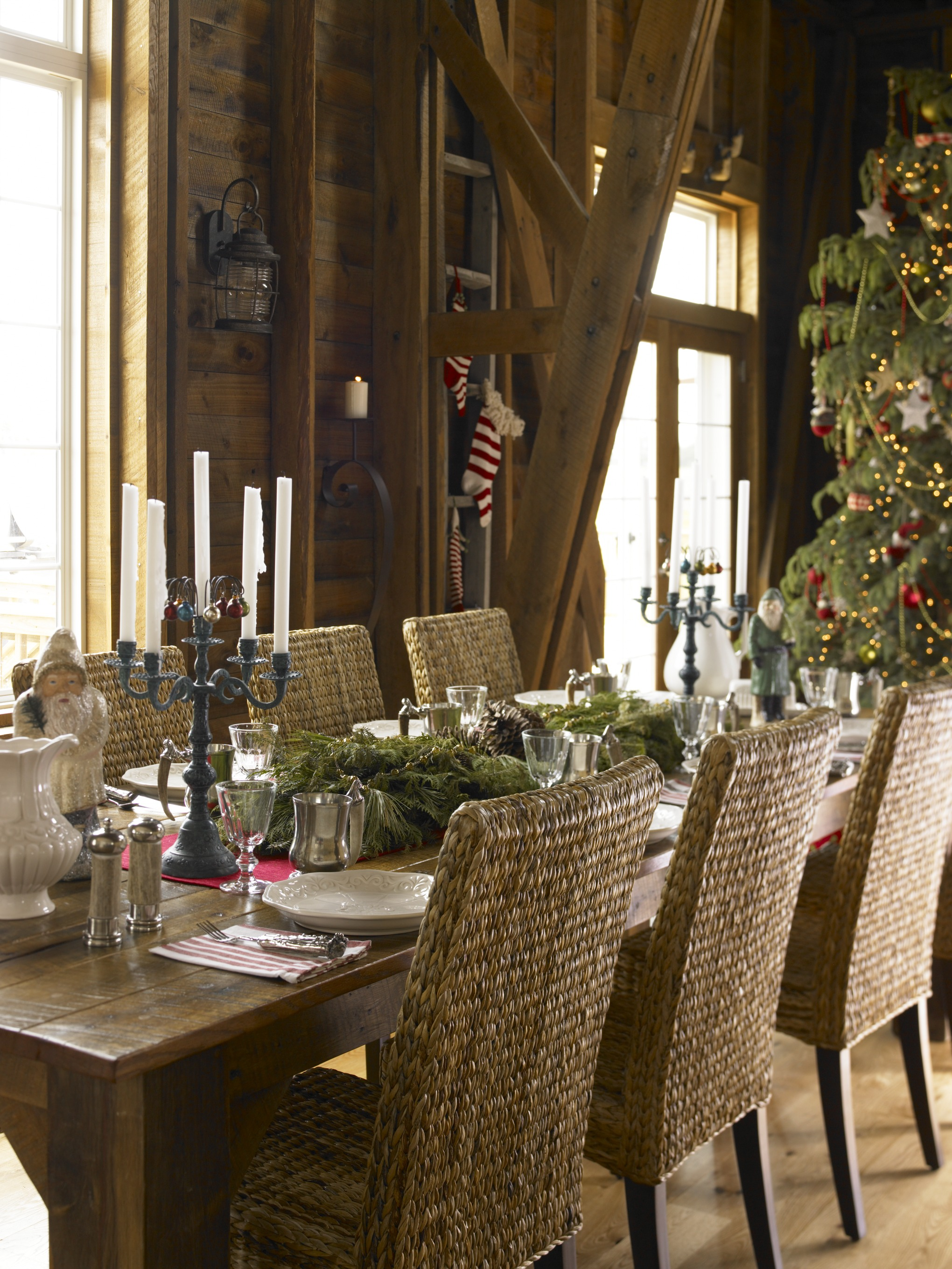 White rustic christmas decor - Natural Elements Converge At The Dining Table In This Wisconsin Home Fresh Greenery Runs Along The Center Of The Table Anchored On Either End By Blue