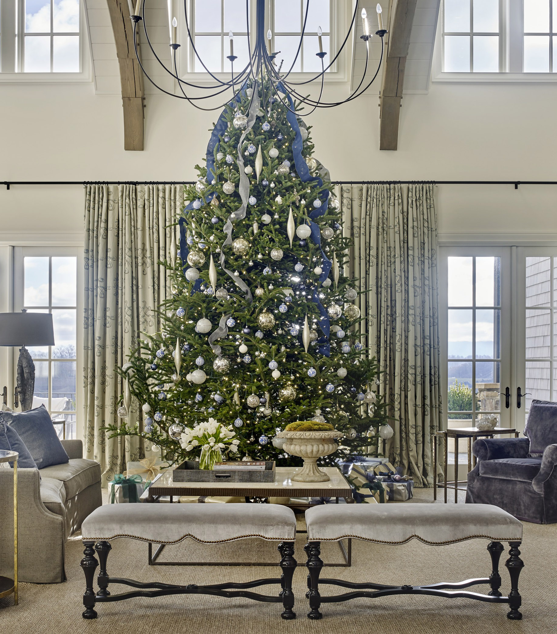 Color schemes for christmas trees - In A Trend We Re Seeing More And More The Tree Is Decorated In Colors Matching The Room S Year Round Palette