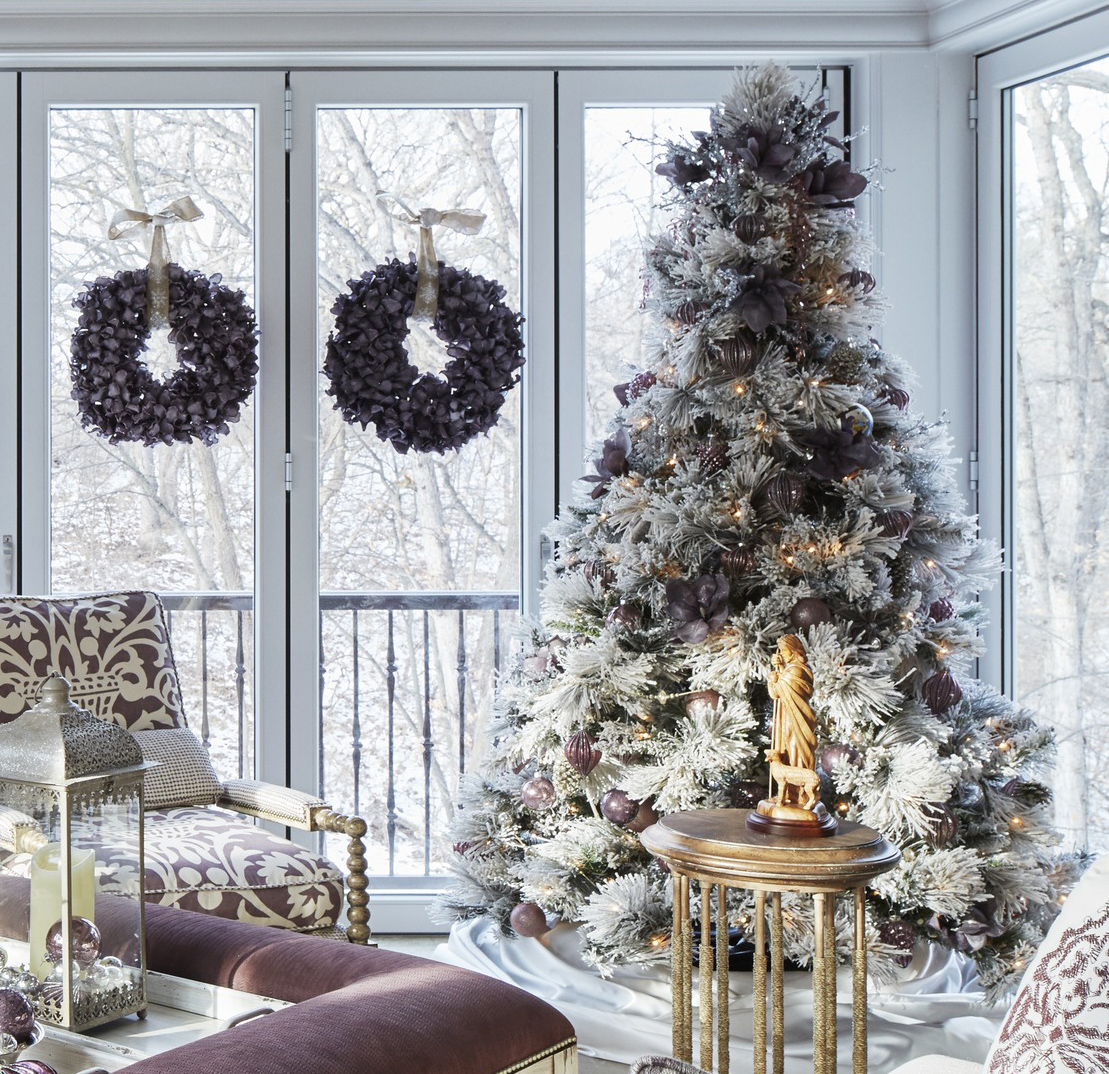 Elegant And Neutral Christmas Foyer: Design Ideas For Neutral Holiday Decorations