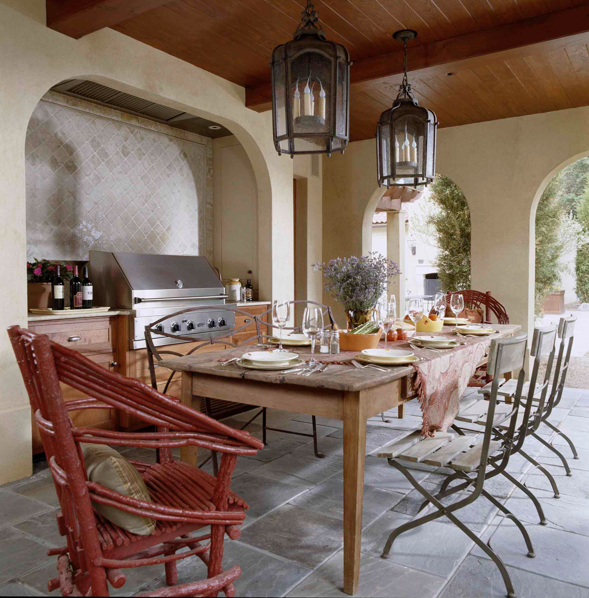 Welcoming Intimate Showhouse Kitchen: Showtopping Outdoor Kitchens