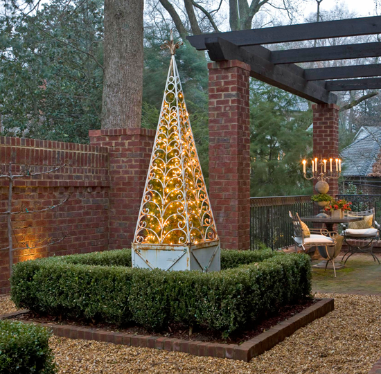 Traditional Home Christmas Decorating: Outdoor Holiday Decorating