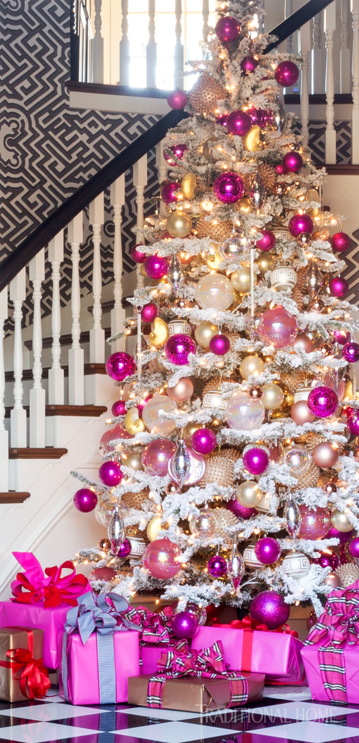 Playing And Delighting With Color Comes Second Nature The Holidays Are No Exception In Graphic Foyer Of Her Arkansas Home A Flocked Tree